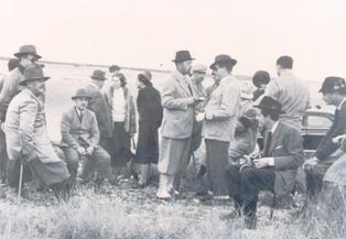 Fotografía Francisco Franco Bahamonde con un grupo. En el Campo.